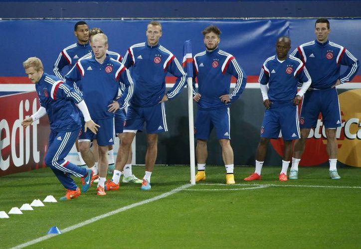 Entrenamiento de jugadores del Ajax previo al partido de este martes ante el líder de su grupo, PSG, en la Liga de Campeones de Europa. (Foto: AP)