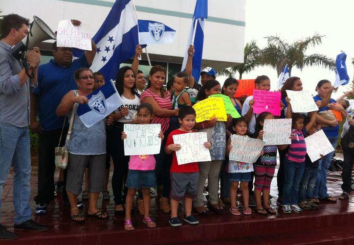 """Imagen de archivo de una manifestación de la organización hondureña, """"Francisco Morazán"""", a las afueras del consulado de Honduras en Miami, contra la deportación masiva de niños desde EU. (Foto: archivo/Notimex)"""