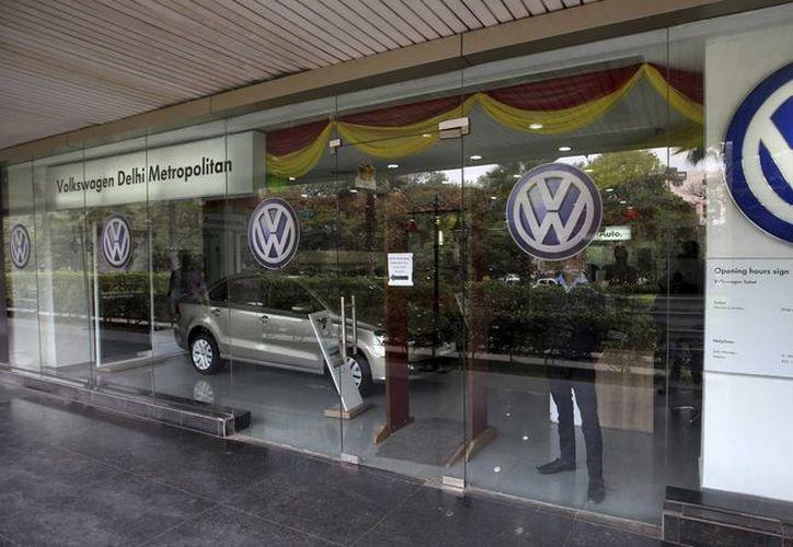 Vista de un concesionario de Volkswagen en Nueva Delhi, India. La actualización del software le costará a la empresa alemana medio millón de euros. (EFE/Archivo)
