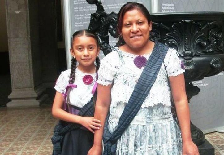 En la foto Natalia Lizeth acompañada de su mamá. La niña es originaria de Veracruz, pero desde hace algunos años vive con sus padres en la ciudad de Monterrey. (noticiasmvs.com)