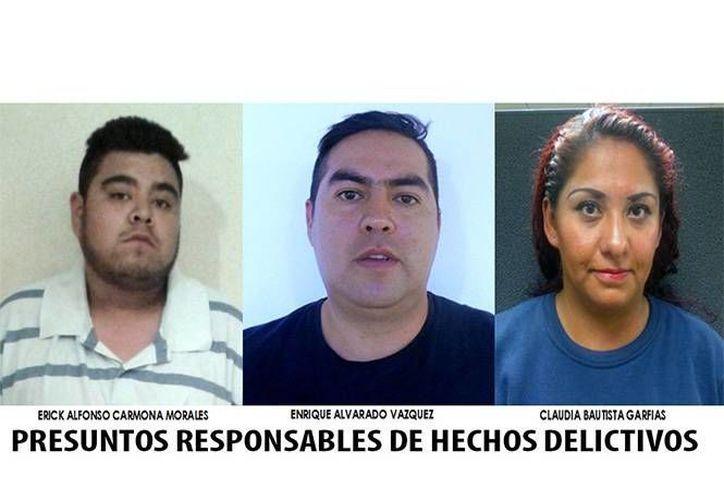 Imagen de la Procuraduría del DF que muestra a Erick Alfonso Carmona Morales, Enrique Alvarado Vázquez y Claudia Bautista Garfias, acusados de extorsión agravada en pandilla. (Pgjdf)
