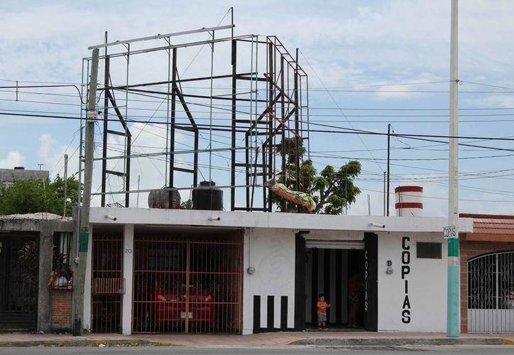 Protección Civil de Othón P. Blanco ha detectado 10 estructuras de anuncios espectaculares en abandono. (Joel Zamora/SIPSE)