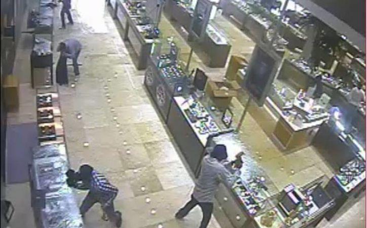 Gráfica de los videos de seguridad de la joyería que fue atracada. (Julián Miranda/SIPSE)