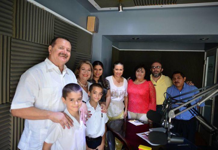 Conductores e invitados a la emisión de ayer del programa Salvemos una Vida. (Luis Pérez/SIPSE)