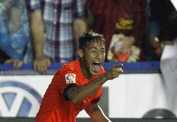 El brasileño Neymar celebra tras marcar un gol ante Levante en la liga española. (AP Foto/Alberto Saiz)