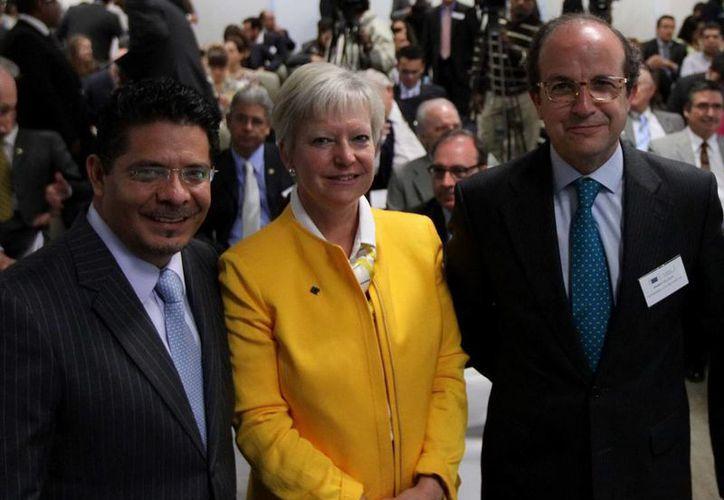 El senador Rabindranath Salazar (i), con la embajadora de la UE en México, Marie-Anne Coninsx, y el director general de Pymes de la Comisión Europea, Daniel Calleja. (Notimex/Archivo)