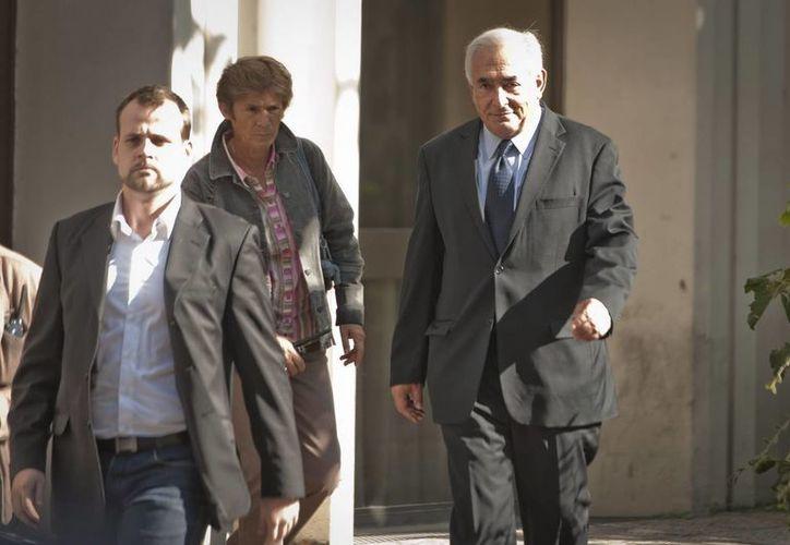 Dominique Strauss-Khan (der), abandona la sede de la Brigada de Represión de la Delincuencia contra las Personas en París. (Archivo/ EFE)