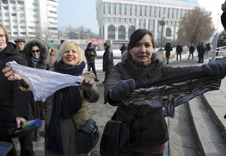 Autoridades de Kazajistán arrestaron a 30 mujeres que protestaban contra la ley que prohibirá la venta de lencería. (Agencias)