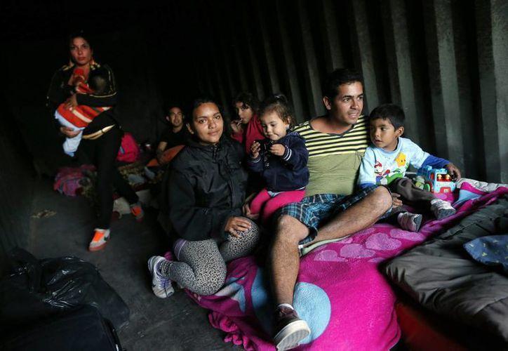 Miembros de la familia Delgado se refugian en un contenedor metálico tras el terremoto del pasado martes. (EFE)