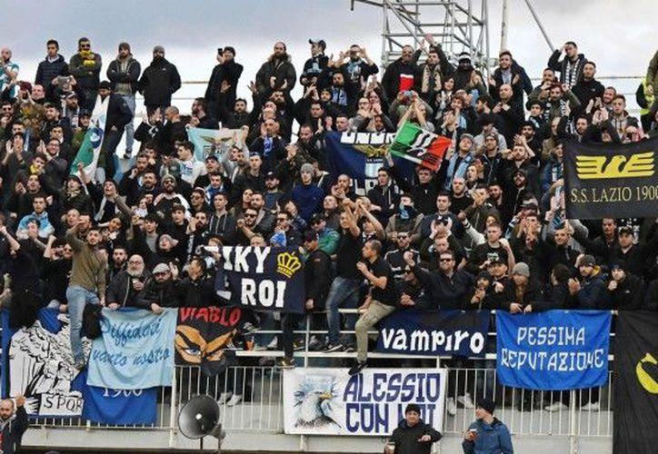 Fanáticos de Lazio usaron la imagen de Ana Frank para insultar a sus adversarios de la Roma.  (Foto: Enca)