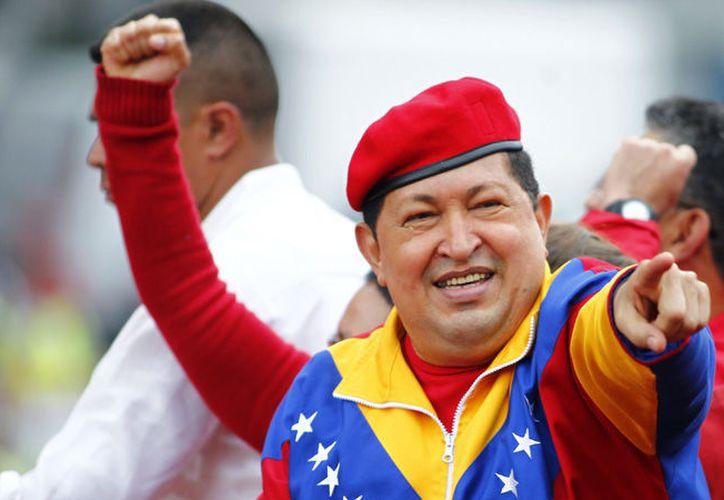 Sujetos protestantes quemaron y derribaron la estatua de Hugo Chávez; las protestas en Venezuela han cobrado la muerte de 37 personas. (Foto: Internet)