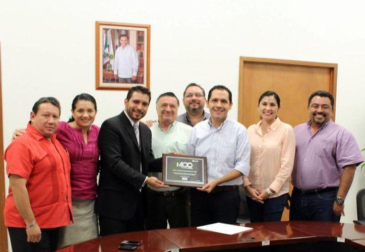 Perifel entregó el reconocimiento, en representación de Microsoft, al personal del Instituto de Seguridad Patrimonial de Yucatán. (Milenio Novedades)