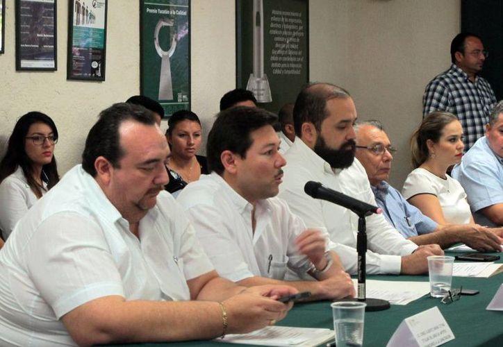 Enrique Castillo Ruz (c), titular de la STPS en Yucatán, presentó el programa 'Capacitar'. (Milenio Novedades)
