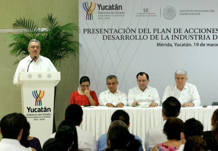 El jefe del Despacho del Gobernador, Eric Rubio Barthell, presentó la Iniciativa para el Desarrollo de la Industria del Vestido. (SIPSE)