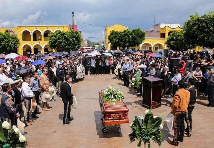 La comunidad de Ayutla se congregó en la plaza para darle el último adiós a Manuel Gómez Torres. (twitter.com/MilenioJalisco)