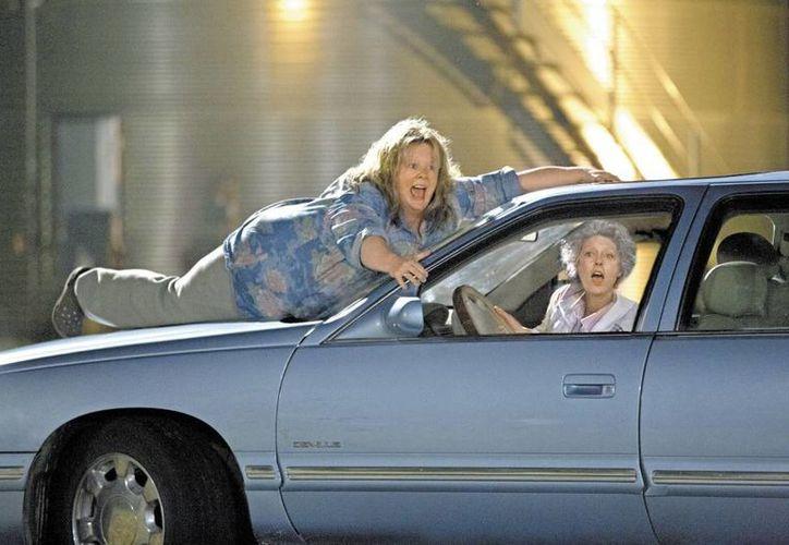 Una de las escenas de acción de Melissa McCarthy y Susan Sarandon en la película  Ladrona de identidades. (Milenio)