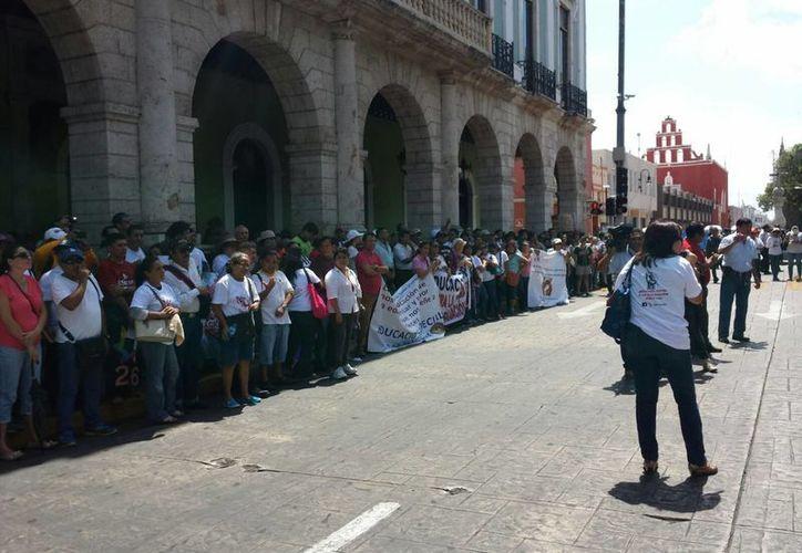 Los manifestantes se encuentran frente al Palacio de Gobierno del Estado. (Candelario Robles/SIPSE)