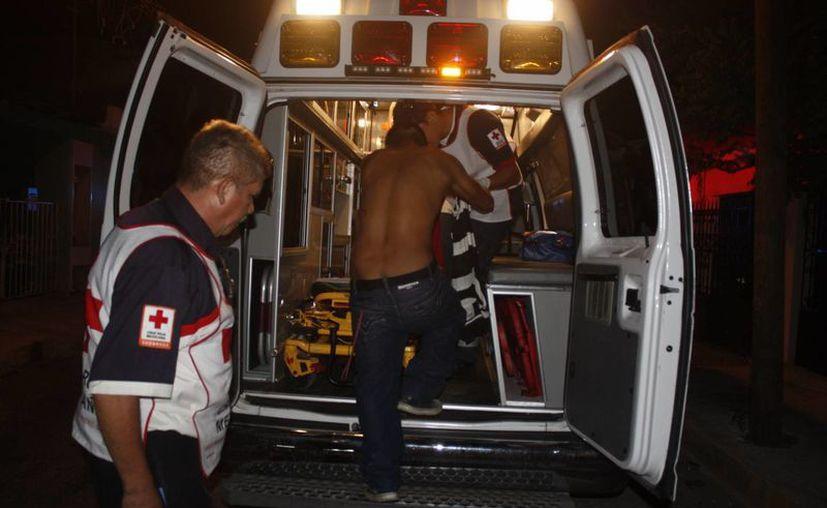 Al sitio arribaron paramédicos de la Cruz Roja quienes prestaron auxilio a la persona lesionada. (Redacción/SIPSE)