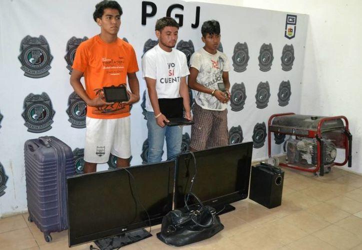 Los delincuentes robaron televisiones de pantalla plana, maletas, y hasta una alaciadora de cabello. (Archivo/SIPSE)