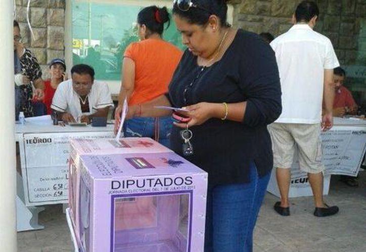 En la casilla 658 contigua, del Distrito IX, ya inició la actividad electoral. (Licety Díaz/SIPSE)