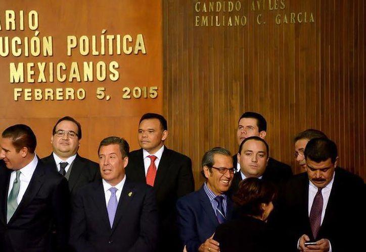 El gobernador Rolando Zapata (con corbata roja, al centro) estará presente hoy en la Firma de convenio de colaboración entre el Infonavit, delegación Yucatán y la Canaco-Servytur de Mérida. (SIPSE)