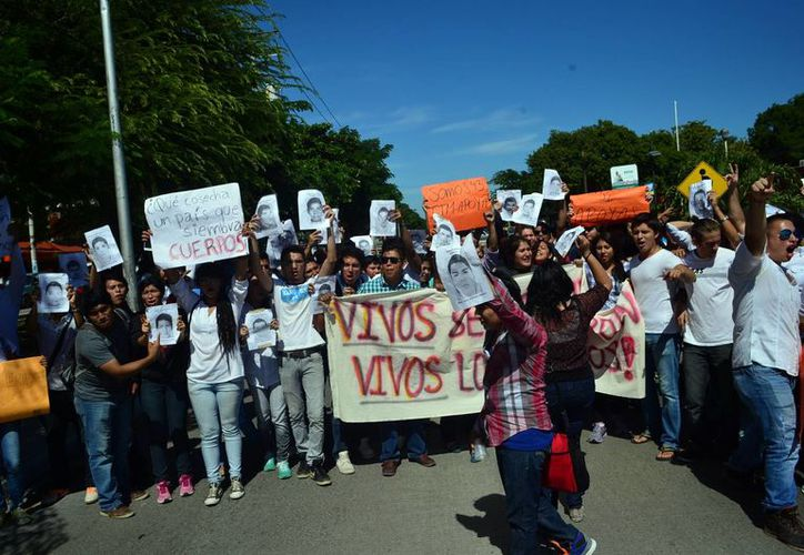 Estudiantes se manifestaron en el centro de Mérida de manera pacífica por el retorno de los 43 estudiantes desaparecidos en Ayotzinapa, Guerrero.. (Milenio Novedades)