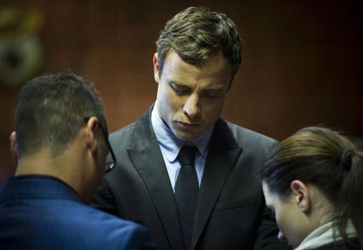 Oscar llora de frente a sus hermanos Aimee y Carl. (Agencias)