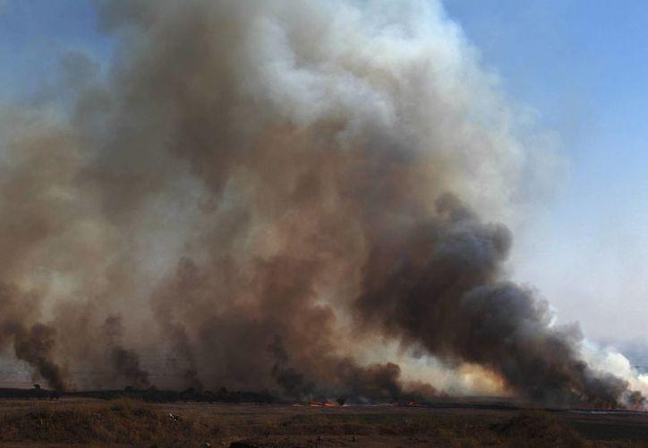 Activistas elevan a 20 el número de muertos en un ataque en el norte de Siria. Vista de una amplia columna de humo causada presuntamente por bombardeos sirios, en la parte israelí de la frontera con Siria, al norte de los Altos del Golán (Israel). (EFE/Archivo)