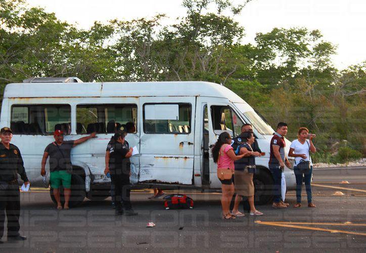 Colisionan una Van de pasaje foráneo y un camión cargado con chatarra. (SIPSE)