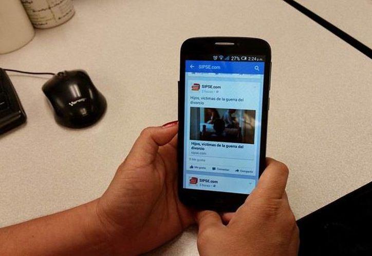Facebook Switch permite navegar en formato solo de texto, por lo que no se consumen datos móviles. Estará disponible para los usuarios de AT&T. (SIPSE.com)