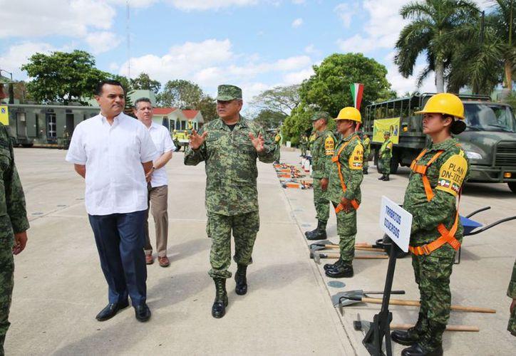 Renán Barrera conoció el equipo para el Plan DN-III. (Novedades Yucatán)