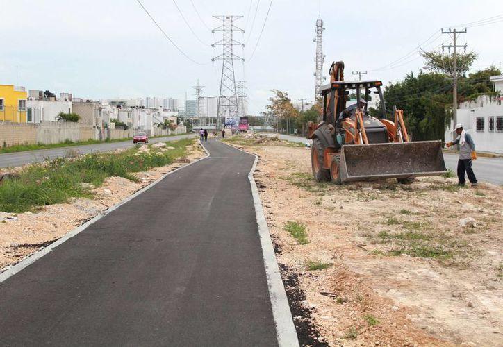 La ciclovía de la avenida Huayacán tiene 50% de avance en construcción. (Luis Soto/SIPSE)
