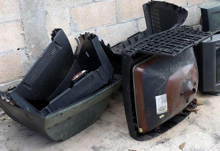 Debido al apagón analógico un importante número de televisores será desechado. Imagen de un grupo de aparatos analógicos tirados en la calle. (José Acosta/SIPSE)