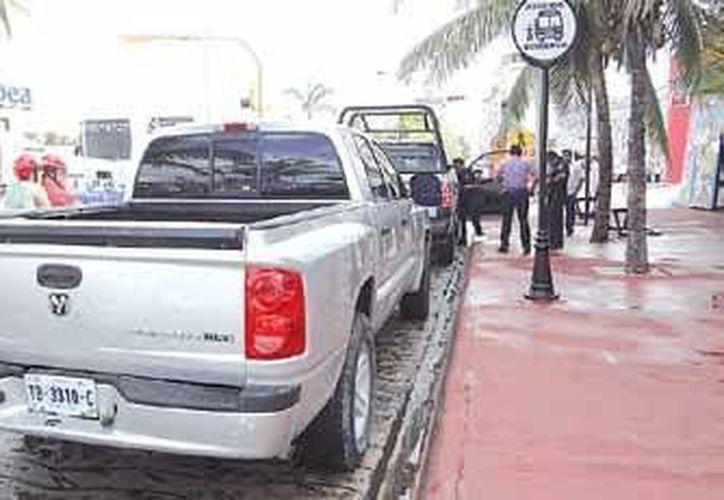 La camioneta sufrió un ligero golpe, pero la unidad federal se encontró estacionada en la 11 avenida. (Redacción/SIPSE)