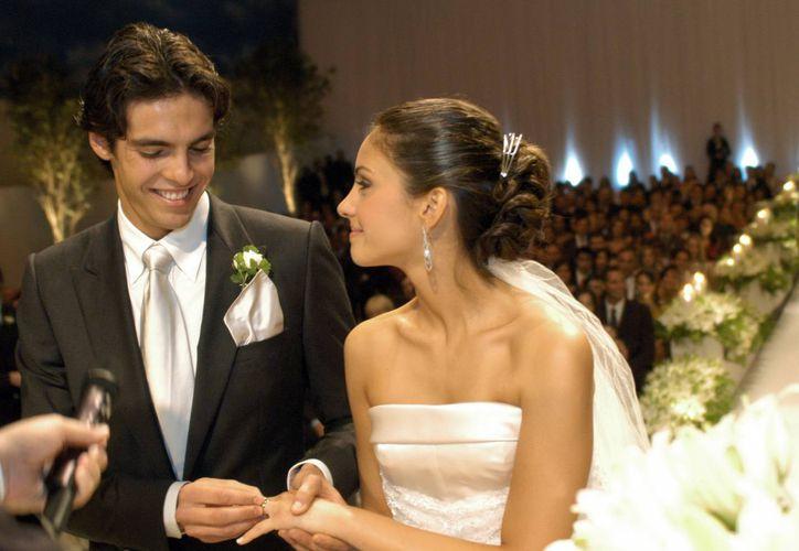 Imagen de archivo del 23 de diciembre de 2005 del jugador brasileño de fútbol Kaká en el momento de ponerle la alianza a su novia Caroline Celico en Sao Paulo. (EFE/Archivo)