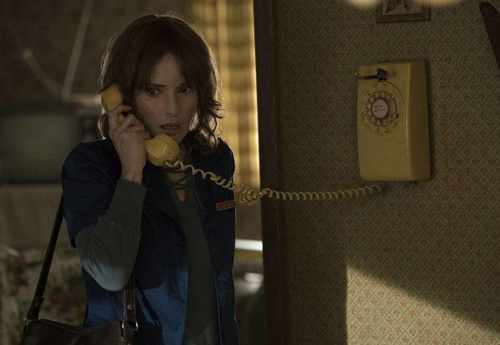 Wynona Ryder da vida a Joyce Byers en la serie de ciencia ficción de Netflix 'Stranger Things'. (Imagen tomada de collider.com)