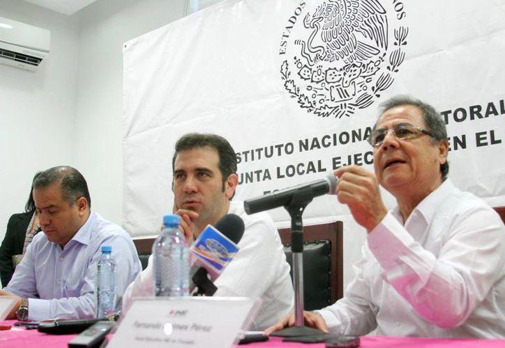 El consejero presidente del Instituto Nacional Electoral (INE), Lorenzo Córdoba Vianello (c), inició este jueves una gira de trabajo en Mérida. (Milenio Novedades)