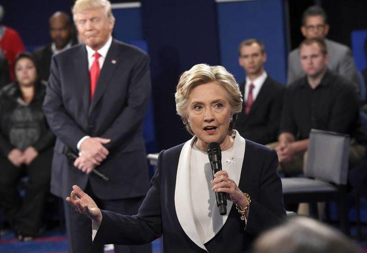 Trump sacó al debate las presuntas agresiones sexuales de las cuales es acusado el expresidente Bill Clinton, esposo de la candidata demócrata. (Saul Loeb/Pool via AP)