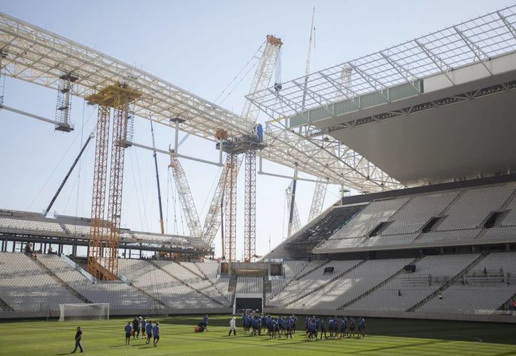 El estadio aun en construcción, albergará el partido inaugural entre Brasil y Croacia. (Foto: EFE)