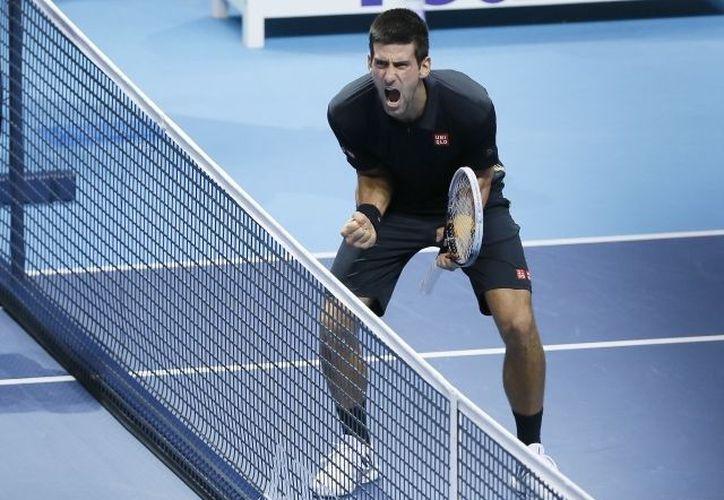 Novak Djokovic se llevó de calle al suizo Roger Federer en la Copa Masters. (Agencias)