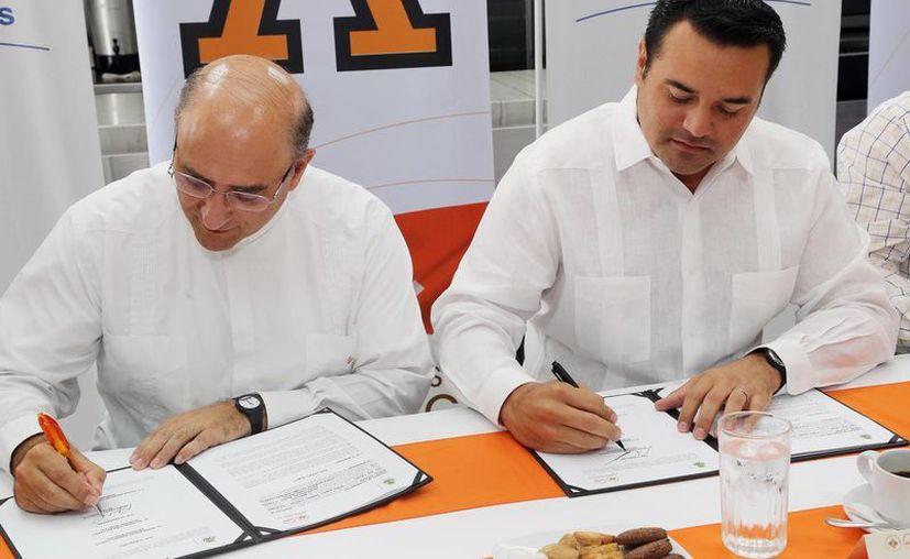 El rector Pbro. Rafael Pardo Hervás y el alcalde Renán Barrera Concha. (Milenio Novedades)