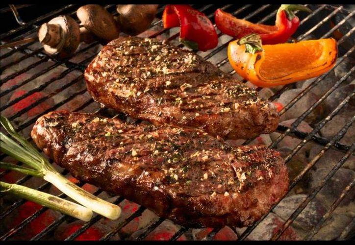 Cofepris afirma que el consumo de carne roja no causa cáncer, pero sí debería limitarse su consumo. (Archivo/Notimex)