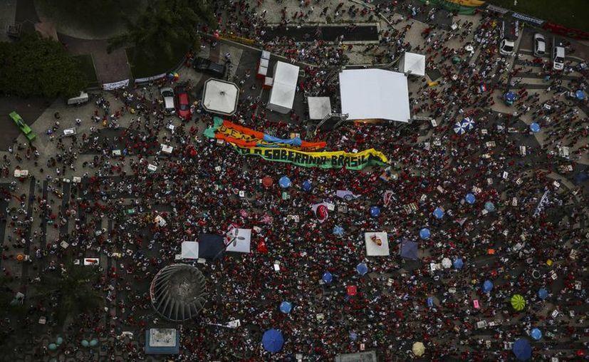 Simpatizantes del partido de los trabajadores PT participan en un acto en favor del gobierno de la presidenta Dilma Rousseff, en el centro de Río de Janeiro. (EFE)