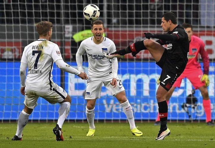 Javier 'Chicharito' Hernández (de perfil) anotó uno de los dos goles con los que se equipo, Bayer Leverkusen, derrotó al Borussia Moenchengladbach, en la Bundesliga. (AP)