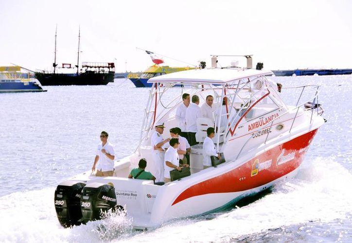 Las autoridades durante un recorrido con la ambulancia marítima. (Cortesía/SIPSE)