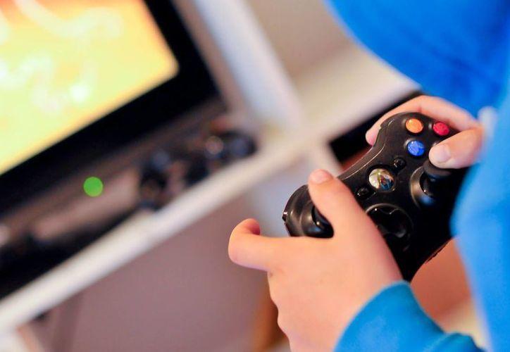 Cada vez es más común ver a niños navegando en Internet, jugando videojuegos o viendo la televisión hasta altas horas de la noche. (info7.mx)