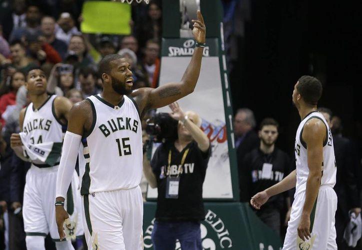 Greg Monroe (15), de Bucks, arenga a la multitud. Al final el equipo de Milwaukee venció a Golden State Warriors y le rompió una racha histórica en la NBA. (AP)
