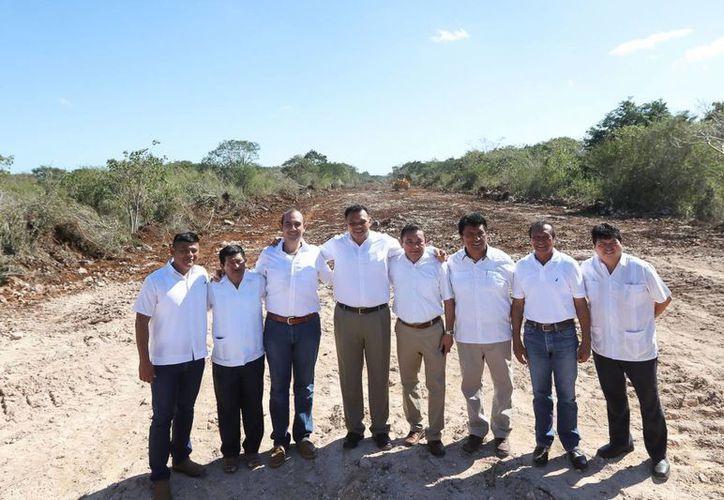 La nueva obra carretera de Mérida a Celestún potencializará el desarrollo económico de la región poniente. El Gobernador estuvo presente hoy en el inicio de los trabajos entre Tetiz y Kinchil. (Foto cortesía del Gobierno)