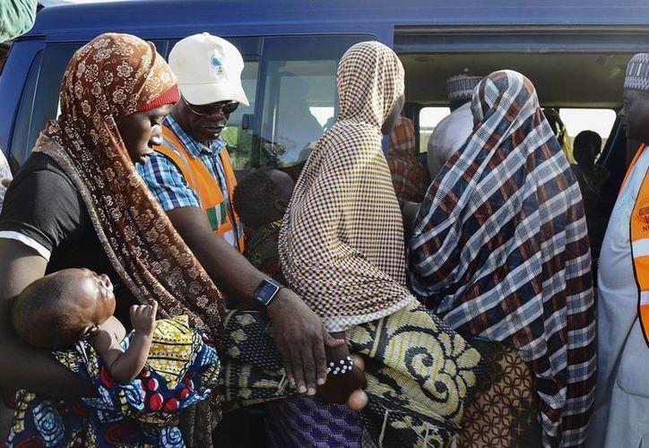 Boko Haram mató a plena la luz del día a 29 personas en Mussa, NIgeria. En la foto, refugiados nigerianos acceden a un vehículo de la Agencia Nacional de Gestión de Emergencias (NEMA) que les llevará de vuelta a sus casas, en un campo de estancia temporal en Geidam, Yobe. (EFE)