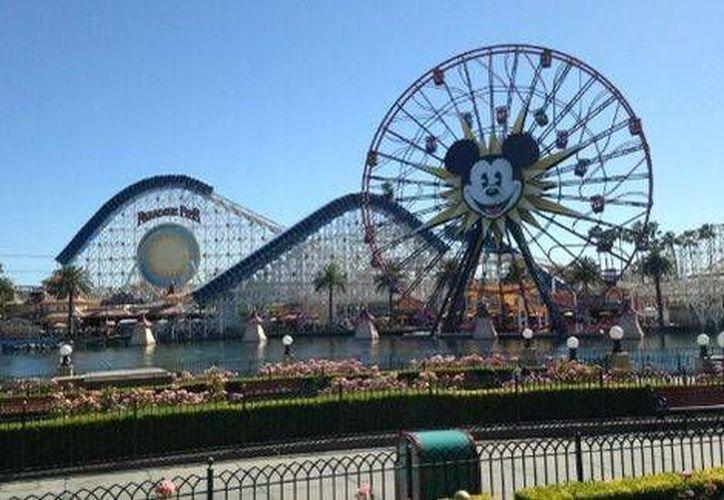Disney prohibe la entrada de selfie sticks a todos sus parques. (Twitter.com)